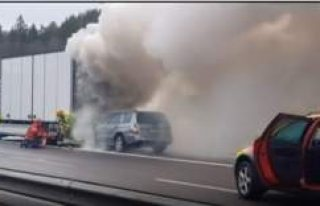 İsveç'te kamyona çarpan araç böyle yandı.