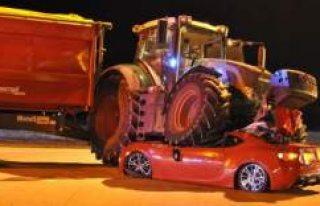 İsveç'te Traktör Otomobilin Üzerine Çıktı:...