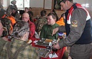 İsveçli avcıları donma tehlikesinden Türk Jandarması...