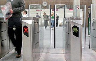 Kaçak binenleri önlemek için, Stockholm metrosunda...