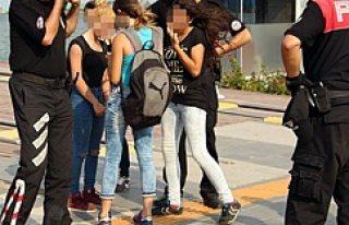Kızlar haraç isteyip gurbetçi kızı dövdü