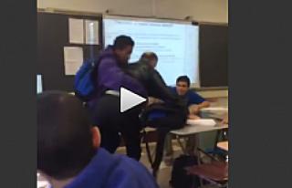 Öğrenci, Öğretmenini sınıfta böyle dövdü...VİDEO