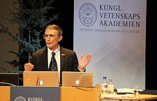 Prof. Dr. Sancar İsveç'te Türk bayrağı rozeti...