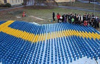 Sığınmacılar dev bayrak yaparak İsveç'e...