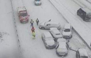 Stockholm'de kar yağışı trafiği alt üst...