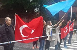 Stockholm'de Türkiye alehine gösteriye gurbetçilerden...