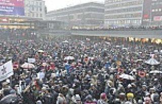 Stockholm'de 20 bin kişi Paris saldırısını protesto...