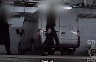 Stockholm'de minibüste dayak yiyen kadına kimse...