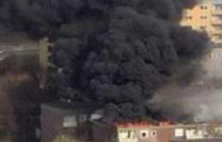 Tensta'da 3 katlı bir ev yanıyor