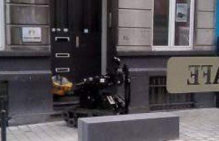 Türk Federasyonun binası önüne bombalı paket...