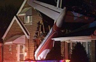 Uçak evin çatısına düştü...VİDEO