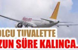 Uçakta tuvalete giden yolcu uzun süre çıkmayınca...