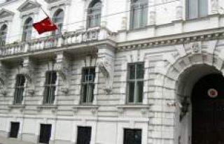 Viyana'da Türk Büyükelçiliği'ne çirkin...