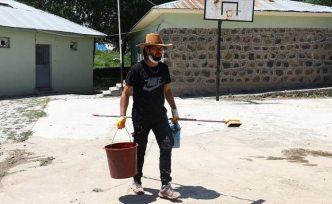 Konyalı öğretmen yazdığı kitabın geliriyle doğudaki köy okullarını onardı