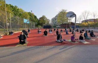 Stockholm'de bayram namazı futbol sahasında kılındı