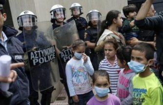 Yunanistan'da mülteciler konaklama yardımı için oturma eylemi yaptı
