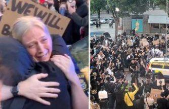 Stockholm gösterilerinde şiddet ve sarılma bir arada