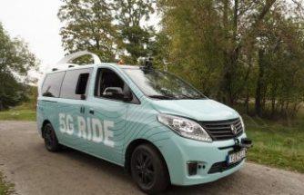 """Stockholm'de sürücüsüz """"5G"""" otonom minibüs test edilemeye  başladı"""