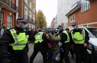 İngiltere'deki Covid-19 önlemleri karşıtı gösteride en az 150 kişi gözaltına alındı