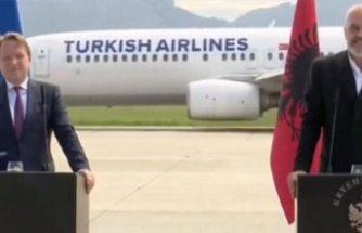Havalimanındaki basın toplantısına THY uçağı damga vurdu