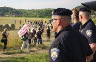 İnsan hakları savunucuları, AB'nin göç politikasını protesto etmek için Balkanlar'da sınır kapattı