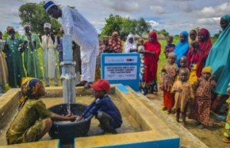 Göteborg'de yaşayan  hayırseverler Nijerya'da su kuyusu açtırdı