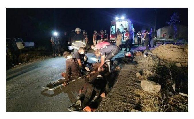 Türkiye'de kaçak mülteci taşıyan minibüs kaza yaptı: 12 kişi öldü