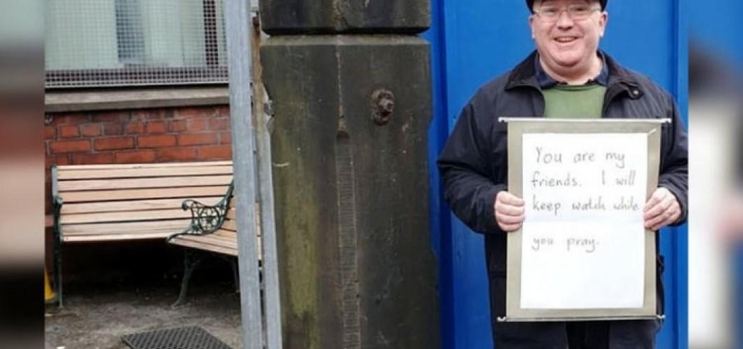 Cami önünde nöbet tutan İngiliz'e tüm dünyadan teşekkür mesajları yağdı