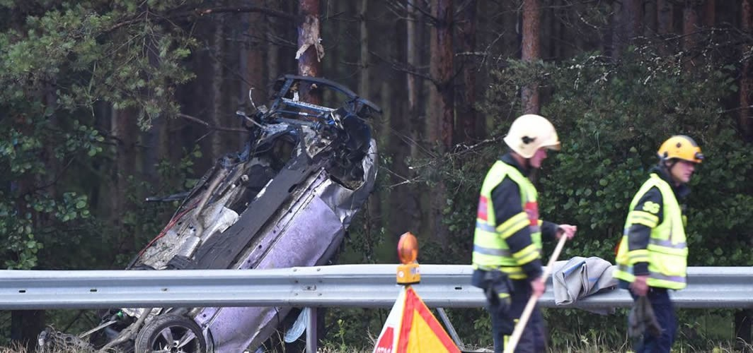 İsveç'te şarampole yuvarlanan araç ağaca çarparak durdu