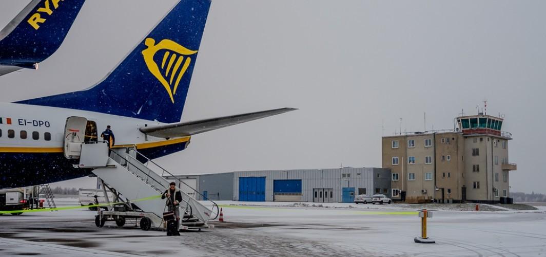 Skavsta Havalimanı'nda buzlanma uçakları zorladı