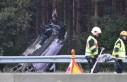 İsveç'te şarampole yuvarlanan araç ağaca...