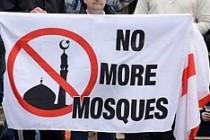 Avrupa'da dehşete düşüren vaat: Cami yakana benzin