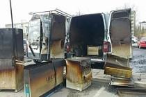 Bredeng'de içi eşya dolu iki kamyonet yakıldı...