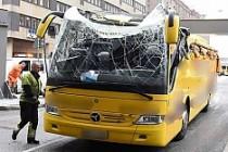 Turistleri taşıyan otobüs Stokholm'de üst geçide takıldı