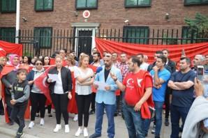 İsveç'te yaşayan Türk vatandaşları darbe girişimini protesto etti