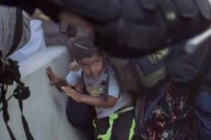 Polis ufacık çocuğa böyle saldırdı!