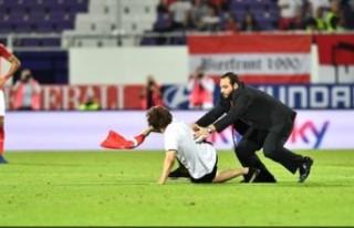 Avusturya - İsveç Maçında Sahaya Türk Bayrağıyla...