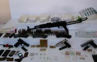 İsveç'te bir evde çok sayıda silah ve uyuşturucu...