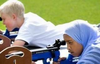 İsveç'te başörtülü çocuk sporcuları eleştiren...