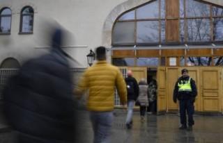 İsveç'te cuma namazı öncesi polis camilerde...