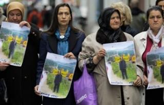 Bosnalı kurban yakınlarından İsveç Büyükelçiliği...