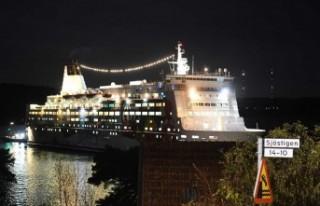 İsveç'te yolcu gemisi kazası, dev gemi karaya...