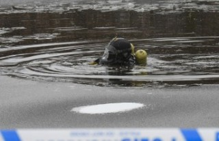 İsveç'te bir kişi buzlu nehirde kayboldu