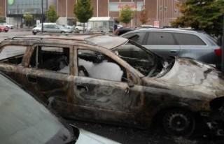 İsveç'te araç kundakçılarına yarım milyon...