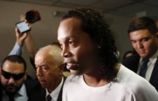 Eski yıldız futbolcu Ronaldinho sahte pasaport düzenlemekten...