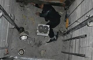 Apartman boşluğuna düşen Cafer Kale ağır yaralı