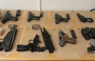 Bu silahlar İsveç'te bir kişinin çantasından...