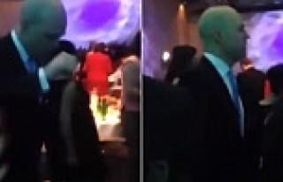 Eski başbakan Reinfeldt siyaseti dans ederek bıraktı...VİDEO
