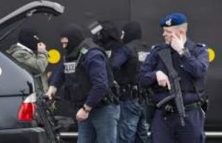 Hollanda'da bir İsveçli terör şüphesiyle...