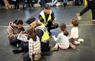 İsveç polisinden sığınmacı çocuklara sıcak...